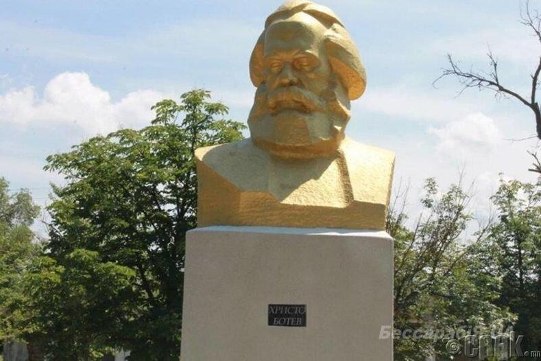 Карл Марксын хөшөөг Болгарын яруу найрагч Христо Ботевоор сольжээ