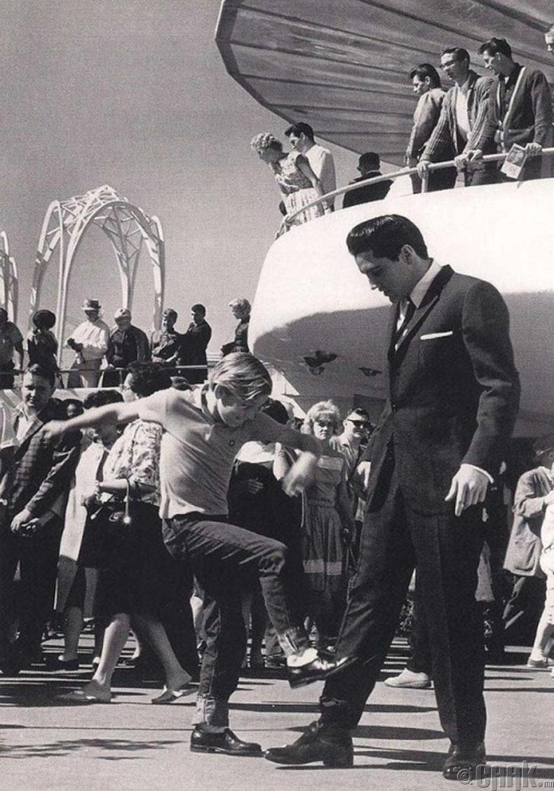 """Жүжигчин Курт Рассел (Kurt Russell), """"Rock and Roll""""-ийн хаан Элвис Пресли (Elvis Presley)-тэй уулзаж байгаа нь, 1963 он"""