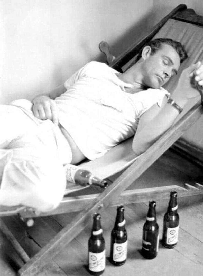"""Анхны """"Жэймс Бонд"""" киноны зураг авалтын үеэр амарч буй жүжигчин Шон Коннери, 1962"""