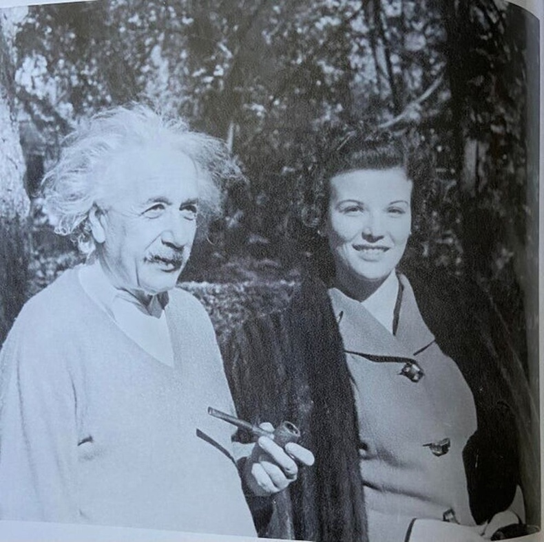 Reddit хэрэглэгчийн эмээ Альберт Эйнштейнтэй хамт, 1945 он