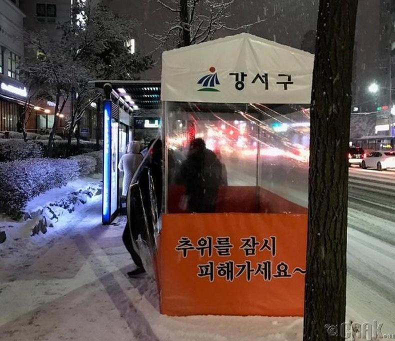 Автобусны буудал дээр хүйтнээс хорогдох ийм бүхээгнүүд бий