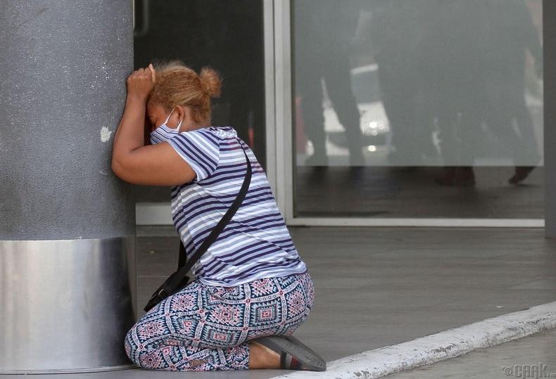 Гуаякиль хотын Лос Сейбос эмнэлэгт хамаатнуудаа алдсан эмэгтэй уйлж буй нь, Эквадор, 4 сарын 4