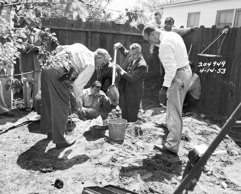Мөрдөгчид газарт булсан цогцсын хэсгүүдийг гаргаж байгаа нь, 1953 оны 4р сарын 14