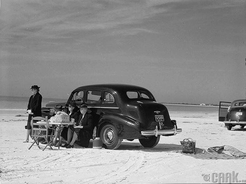 АНУ-ын Сарасота дахь далайн эрэг дээр үдийн хоолоо идэж буй гэр бүл - 1941 он
