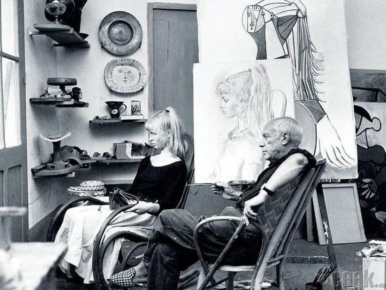 Зураач Пабло Пикассо (Pablo Picasso) жүжигчин Брижит Бардот (Brigitte Bardot)-ын хамт