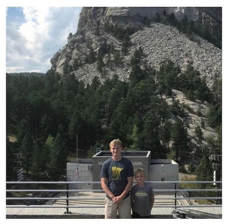 9 цаг жолоо барьж Рашмор ууланд ирээд ерөнхийлөгчдийн хөшөөний өмнө зургаа авахуулсан нь