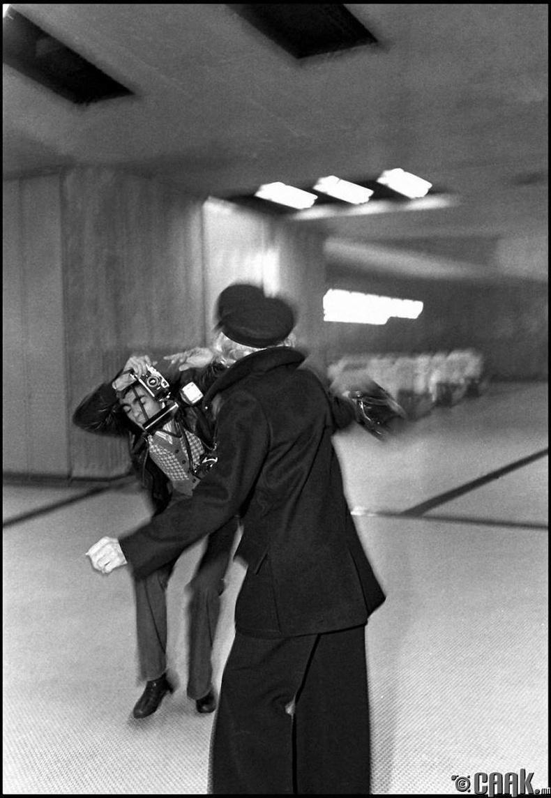 Марлен Дитрих гэрэл зурагчныг цохижээ