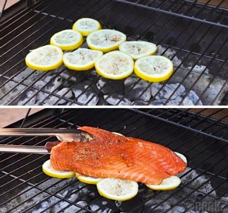 Загасны мах ил зуухан дээр шарахыг хүсвэл зүсэм нимбэг дээр тавьж шараарай. Ингэснээр загас наалдахгүй бөгөөд илүү амттай болно.