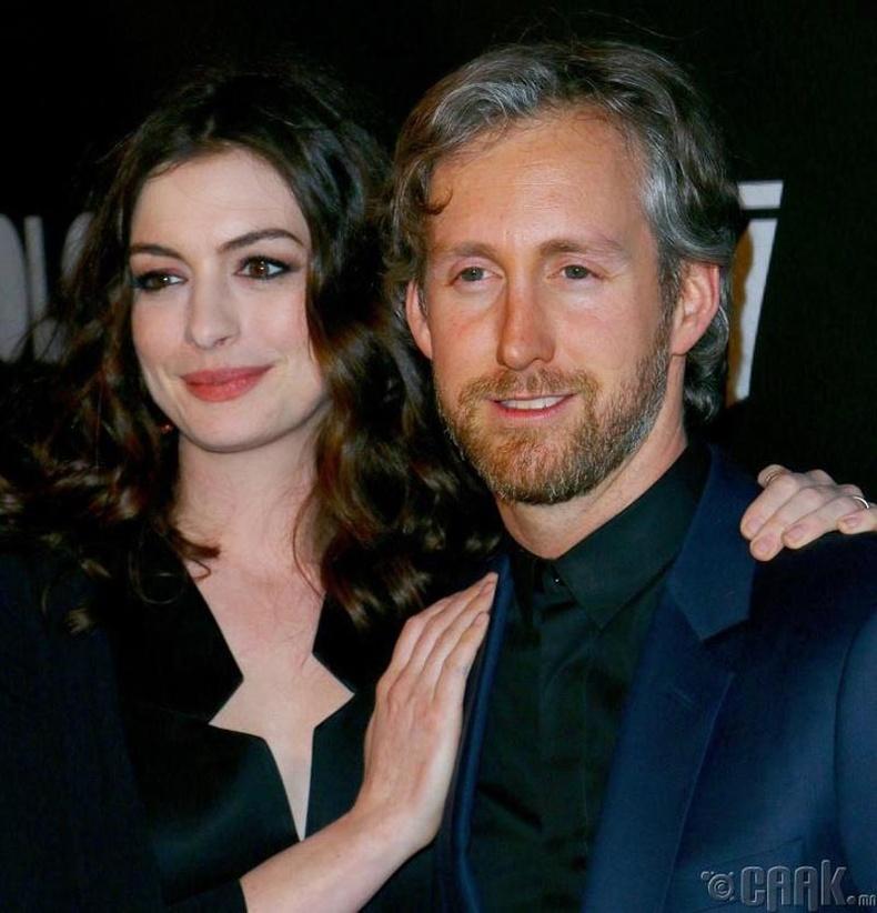 Амьдралын ханиараа жирийн нэгнийг сонгосон одууд Энн Хэтэуэй (Anne Hathaway) болон Адам Шульман (Adam Shulman)