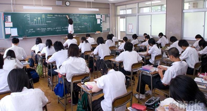 Сурагчид бие дааж хичээл хийдэг