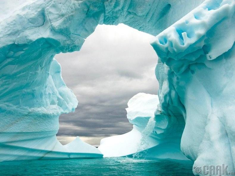 Баруун Антарктидын хойгоос тасран хөвж буй мөсөн уул