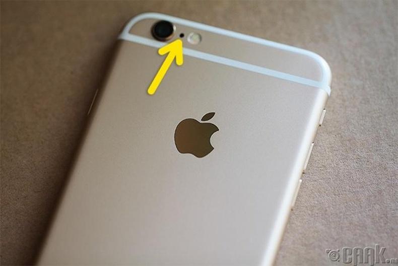 iPhone утасны камерын хажууд байрлах жижиг нүх