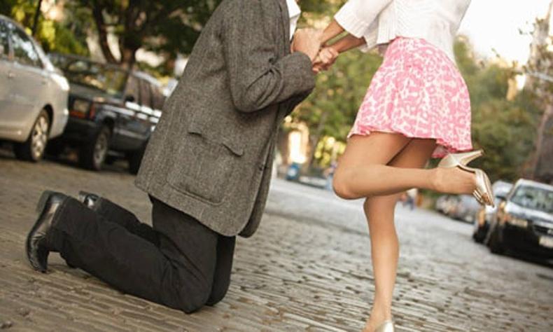 Найз бүсгүйдээ бүтэн жил гэрлэх санал тавьсан залуу