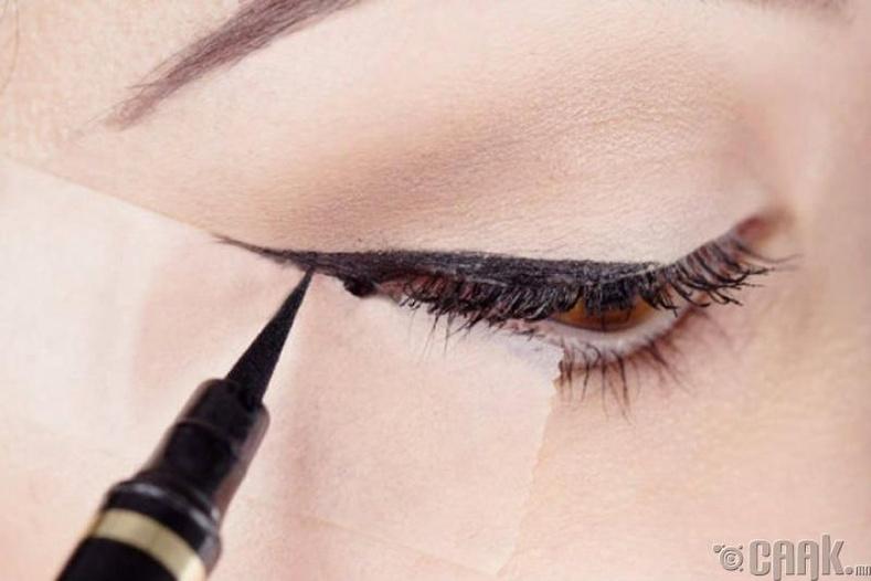 Наалддаг тууз ашиглаж нүдээ будах
