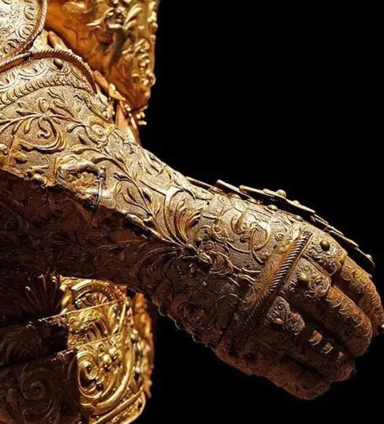 Анри II хааны өмсдөг байсан алтан бээлий (Франц,1550)