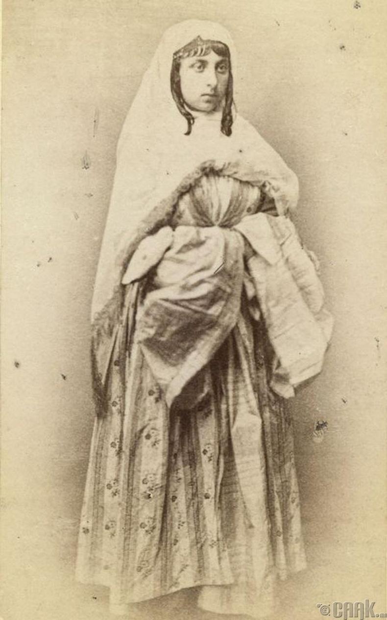 Үндэсний хувцастай эмэгтэй