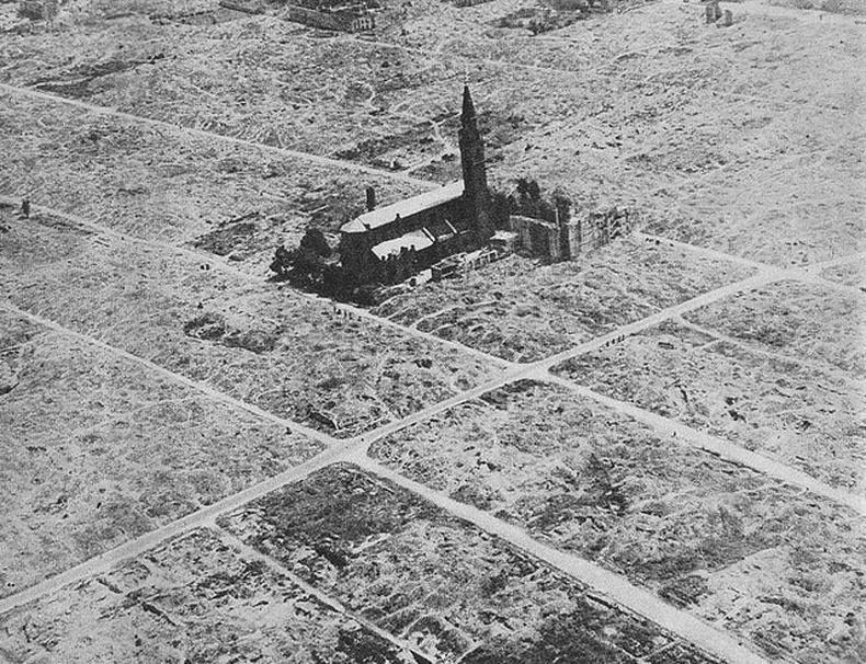 Варшав хотын еврэйчүүдийн хороололын балгас дунд үлдсэн Гэгээн Августины сүм - 1945 он