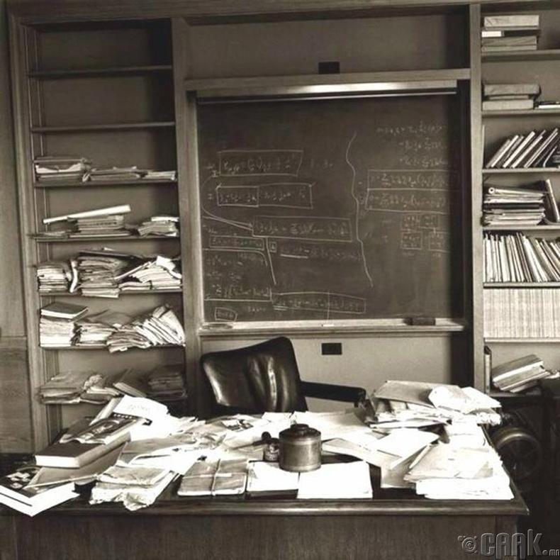 Альберт Эйнштейний ширээ, нас барсны маргааш нь. 1955 оны 4 сарын 18,