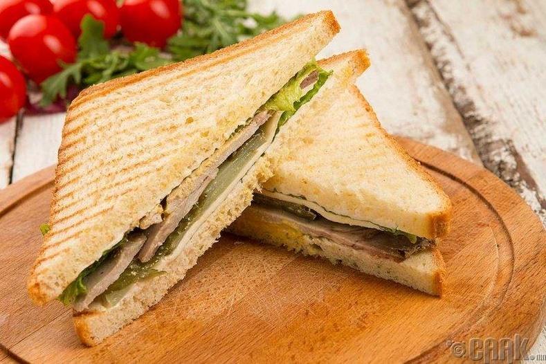 Утсан гахайн махтай сэндвич
