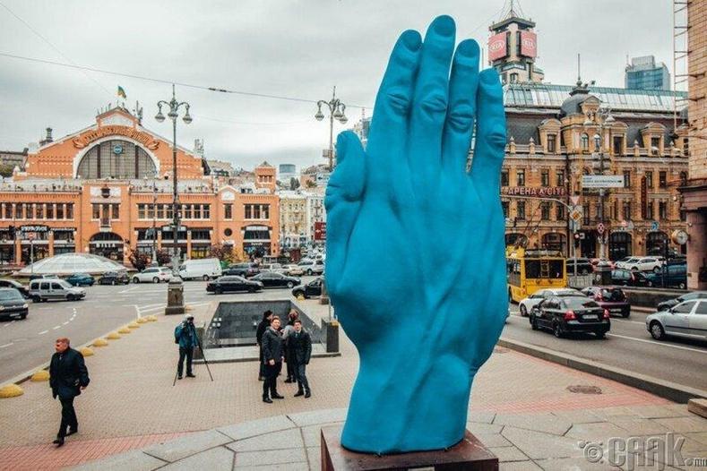 Киевт байдаг Лениний хөшөөний оронд аварга том цэнхэр гар сүндэрлэжээ