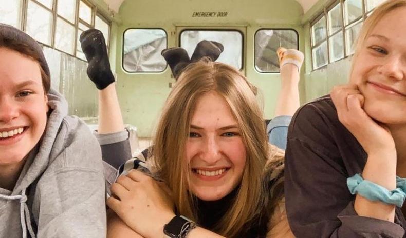 Гурвуулаа нэг залуутай үерхэж байгаа гэдгээ мэдсэн охид хоорондоо найзууд болж, аялалд гарцгаажээ