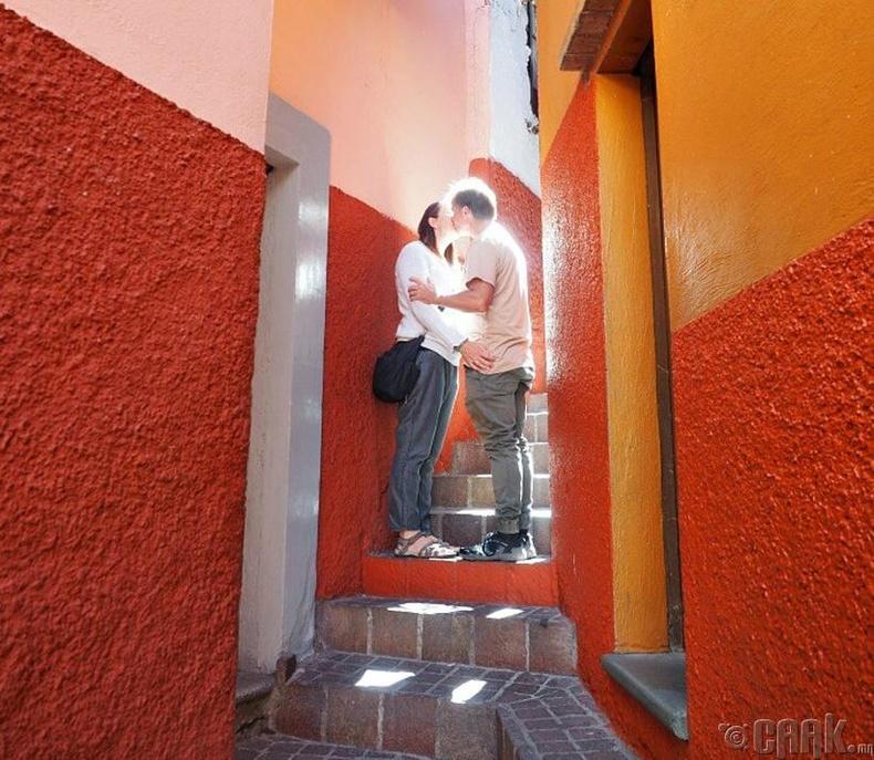 Улаан шатан дээр үнсэлцэх (Мексик)