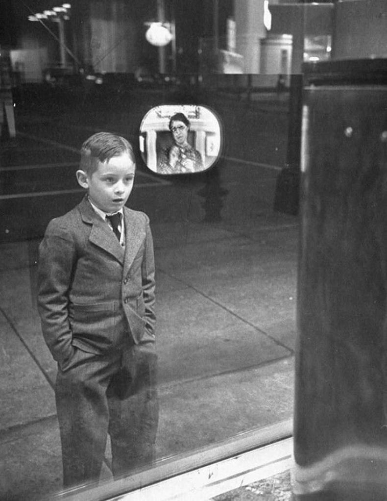 Анх удаа зурагт үзэж байгаа хүү, 1948 он.