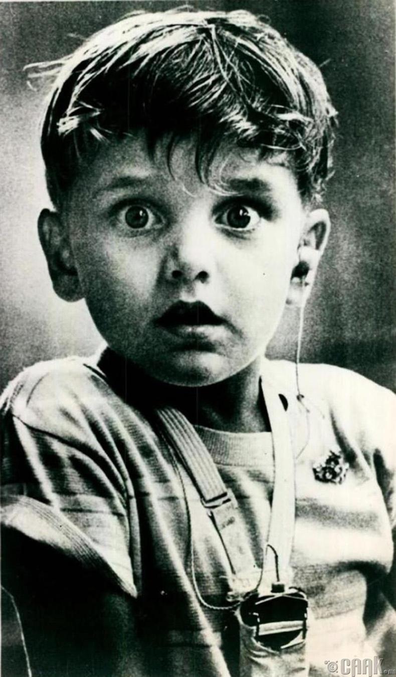 Анх удаа дуу авиа сонсож буй хүү, 1974 он