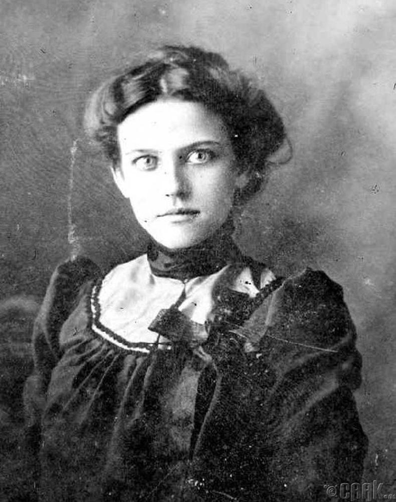 Анх удаа зургаа авахуулж буй Англи бүсгүй - 1896 он