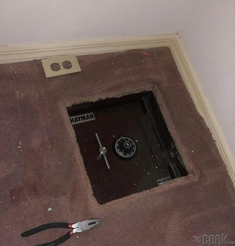Шинэ авсан байшингийнхаа шалан доороос нууцлаг сейф олжээ