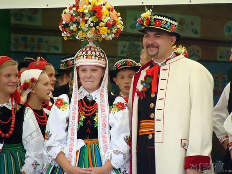 Польшууд төрөл бүрийн цэцэгсийн цуглуулгатай гоёл толгой дээрээ зүүдэг