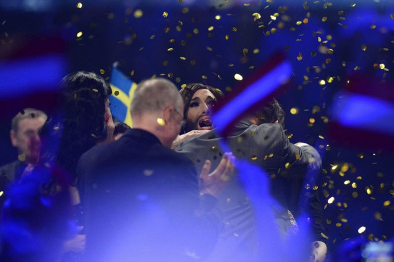 """Eurovision 2014″-ийн ялагчаар трансвестит залуу түрүүллээ"