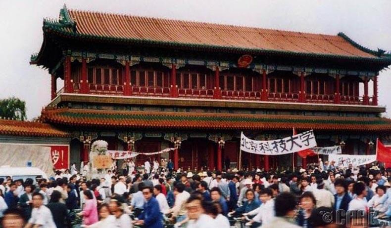 Цагдаа нар Синьхуа хаалганы өмнө 300 оюутныг зодсон
