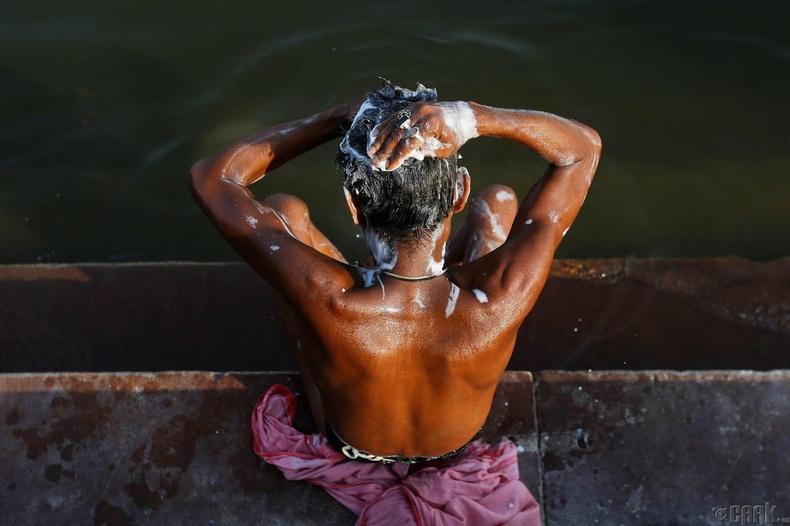 Ганга мөрний эрэг дээр үсээ угааж буй залуу - Варанаси