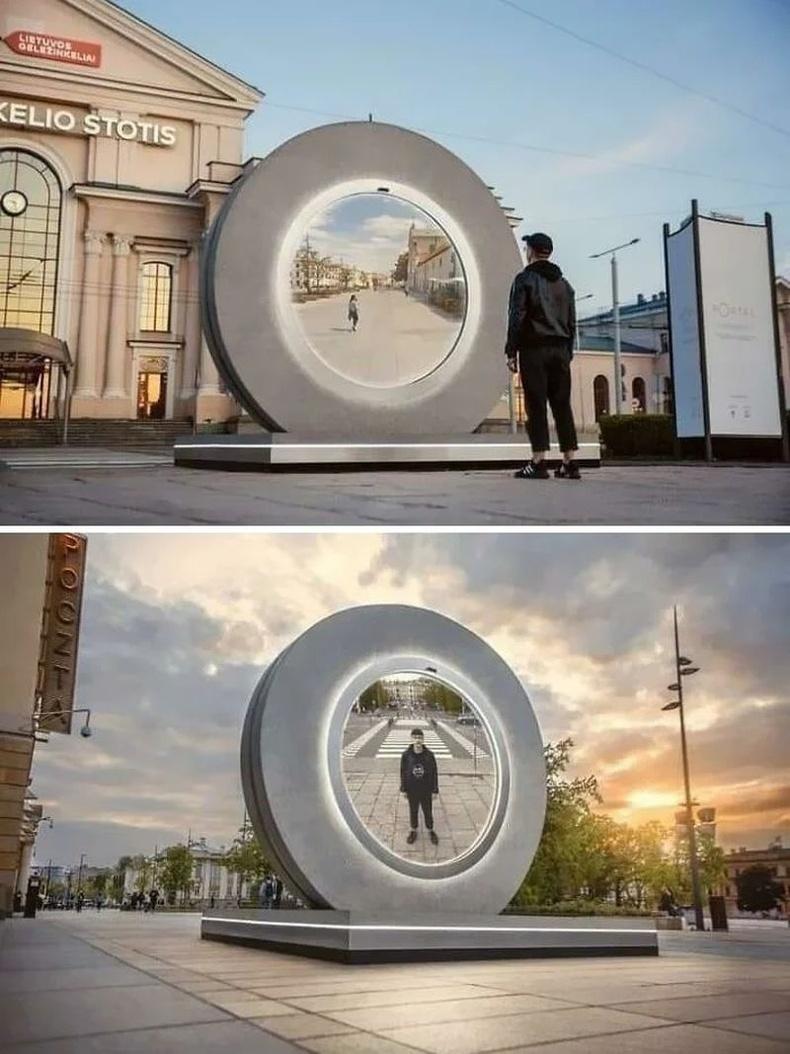 """""""Портал"""" хэмээх энэхүү дэлгэцээр Литвийн Вильнюс болон Польшийн Люблин хотынхон нэг нэгнээ хардаг"""