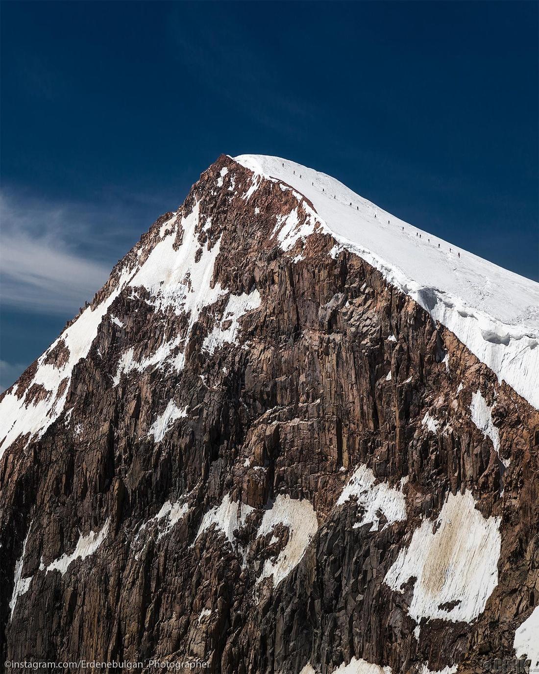 Уулчид Хархираан ноён оргил Мөст хайрханы оргил дээр гарч буй мөч