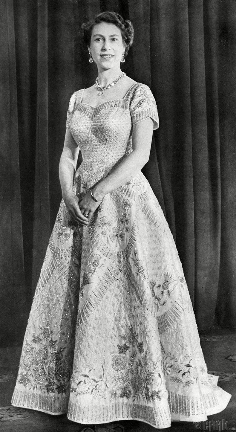 Их Британийн хатан хаан Элизабет II энэхүү даашинзийг хаан ширээнд суух ёслолын хүлээн авалтын үеэр өмссөн бөгөөд энэ нь түүний хамгийн алдартай даашинз болж байжээ