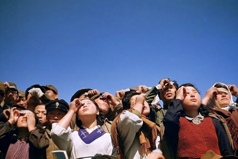 Нар хиртэлтийг ажиглаж буй Япончууд, 1949
