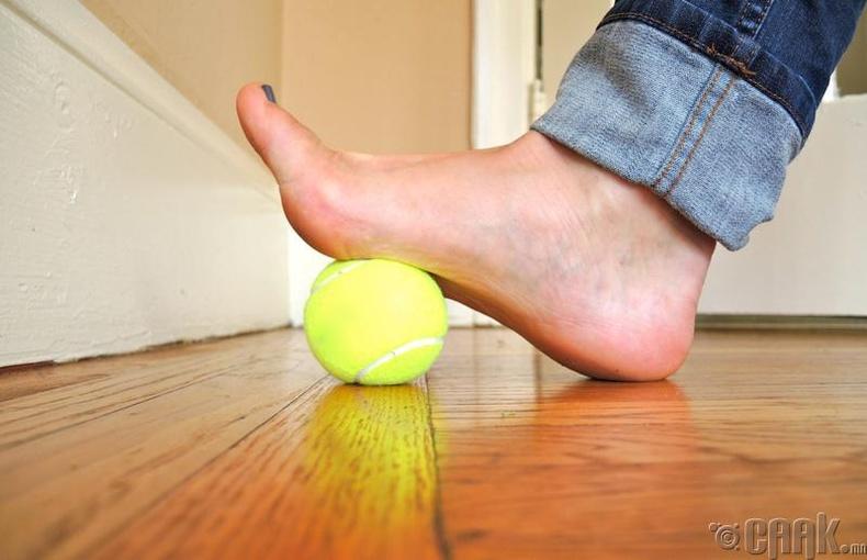 Хөлөндөө теннисний бөмбөгөөр иллэг хийгээрэй