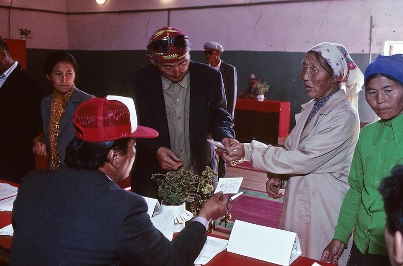 Анхны ардчилсан сонгуулиа өгч буй монголчууд - Гачуурт, Улаанбаатар