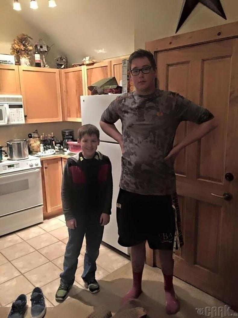 Өсөлтийн ялгаа. Хоёр хүү хоёул 13 настай.