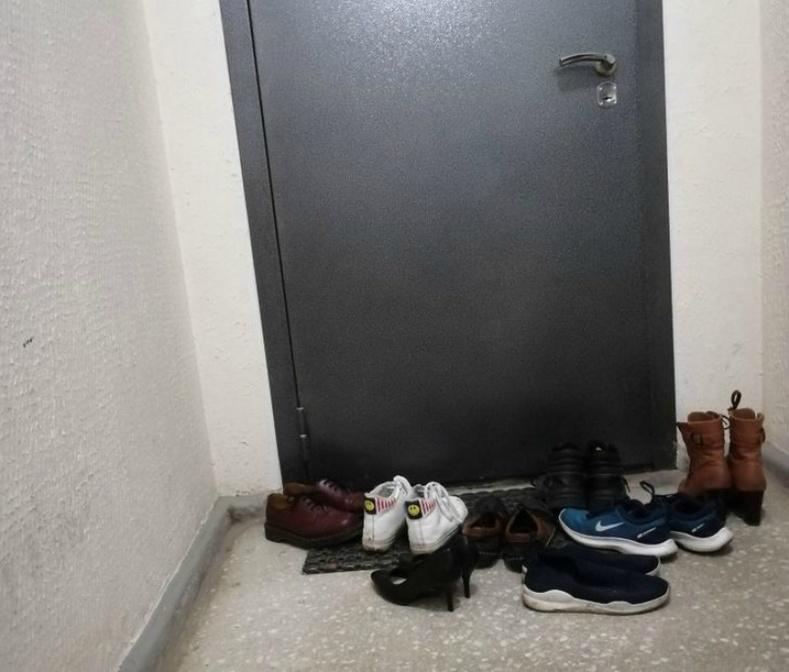 Зочид гутлаа үүдэнд үлдээдэг