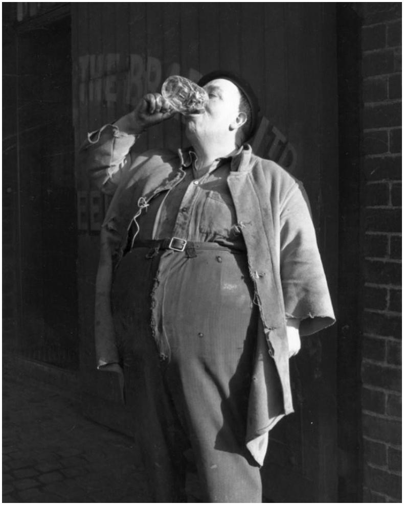 Шар айраг хурдан уух тэмцээний ялагч болсон Жорж Дейлер (4 секундэд ууж дуусгасан) - Их Британи, 1954 он