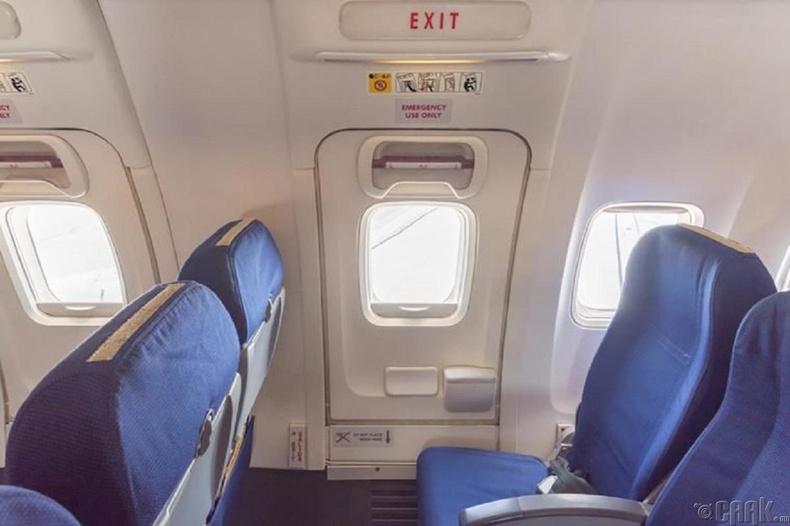Нислэгийн үеэр онгоцны хаалга онгойдог