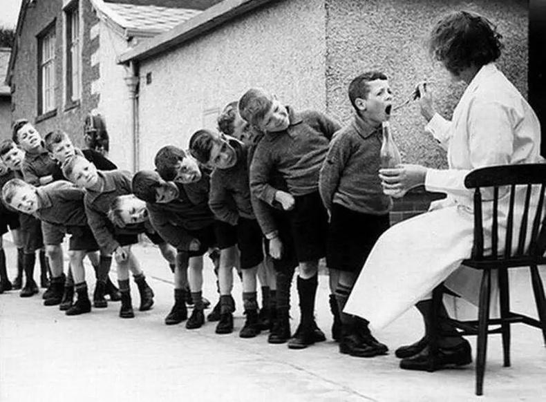Хүүхдүүд загасны тос ууж байгаа нь. 1960 он.