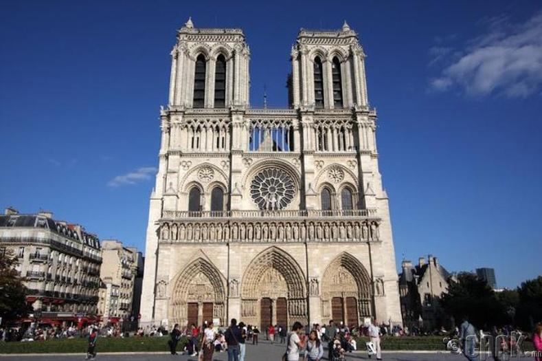 Парисын дарь эхийн сүмийг жилдээ 12 сая, өдөрт 30 мянган хүн очиж сонирхдог. Тийм учраас тус сүм нь Парисийн хамгийн олон жуулчин зочилдог газарт тооцогддог аж