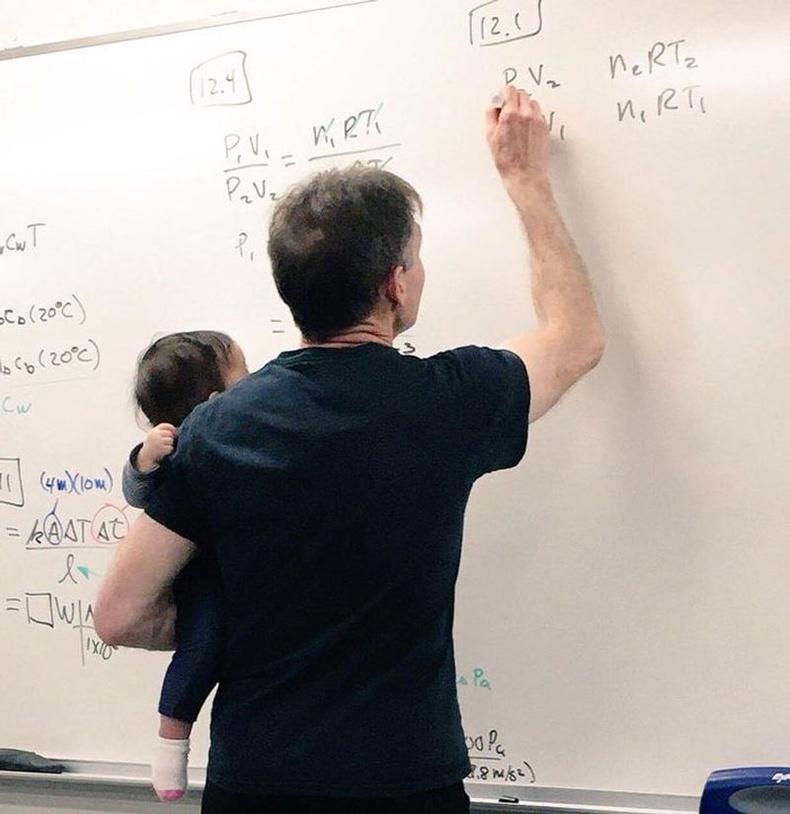 Нэгэн оюутан харах хүнгүйн улмаас хичээл дээрээ хүүхдээ авчирчээ. Тэгтэл багш нь хүүхдийг авч сатааруулсны ачаар ээж нь хичээлдээ тайван сууж чадсан байна.