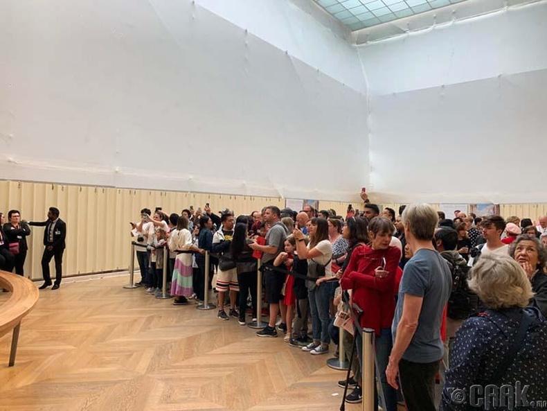 Харин энэ бол дээрх алдарт зургийг өлгөсөн Луврын музейн танхим