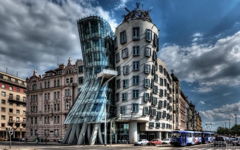 Бүжиглэж буй байшин, Праг