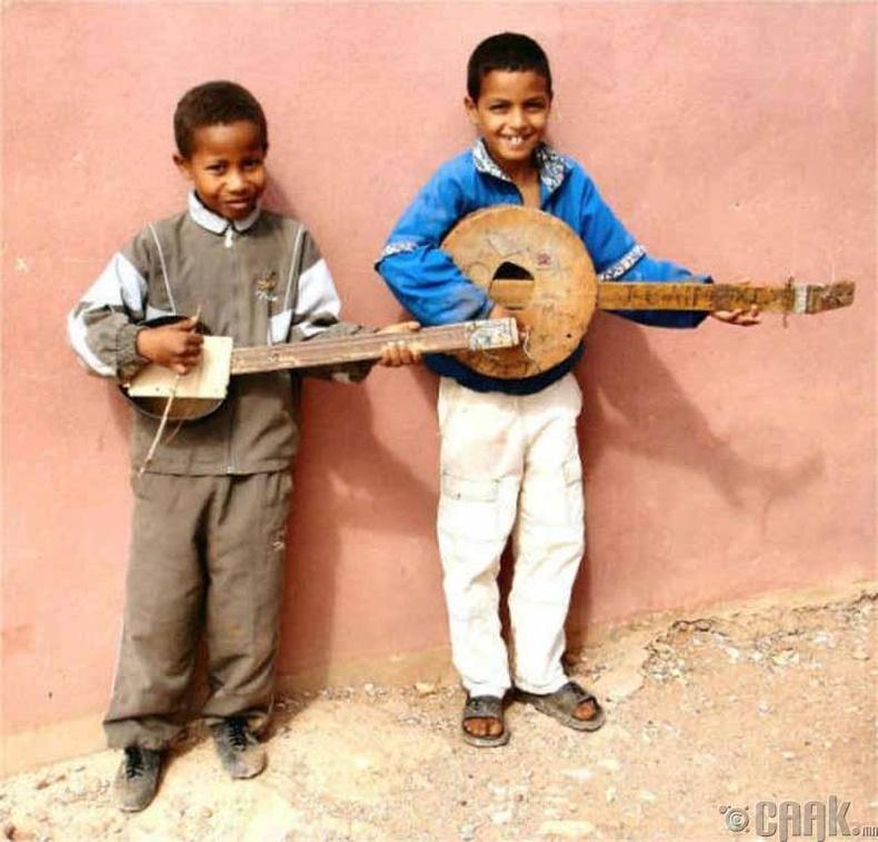 Мексикийн Мариачи дуучдыг дуурайж байгаа нь